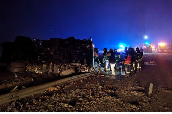 Sur les lieux de l'accident, le camion citerne est couché sur la voie de l'autoroute A 62 dans le sens Toulouse-Bordeaux