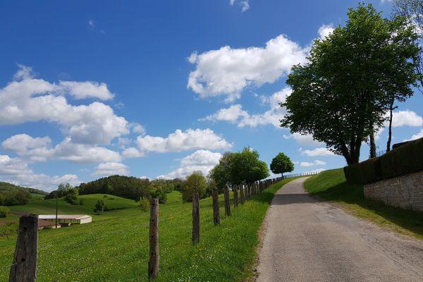 Un sentier de marche à Bourbonne-les-Bains, une ville thermale.