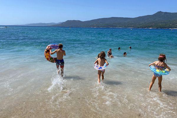 Des enfants sur une plage de Propriano, en Corse-du-Sud.