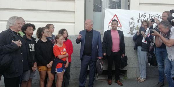 Daniel Cueff devant le tribunal accompagné du sénateur écologiste Jöel Labbé