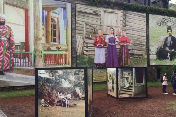 """""""Les couleurs de l'Empire"""" de Sergey Prokudin-Gorsky dans les jardins de La Gacilly."""