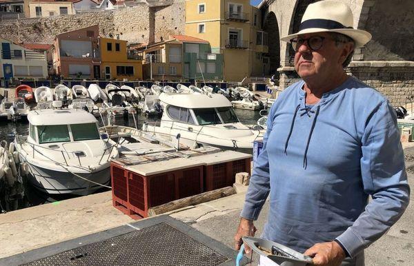 Vallon des Auffes à Marseille. Patrick Bertier balaie tous les matins devant sa porte.