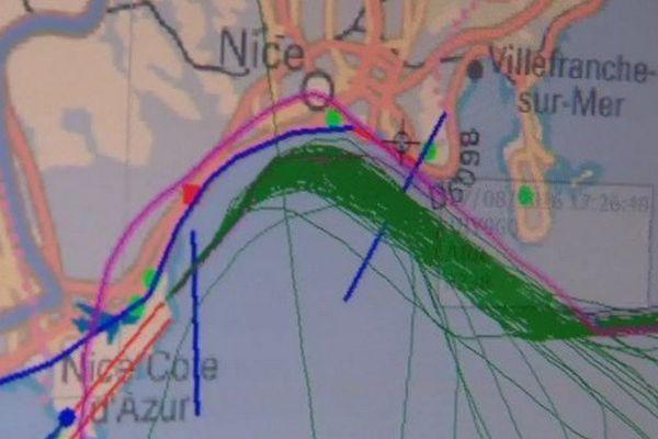 En vert, la trajectoire classique. En rose, la trajectoire du boeing de la Turkish Airline. L'avion s'est déporté sur la ville.