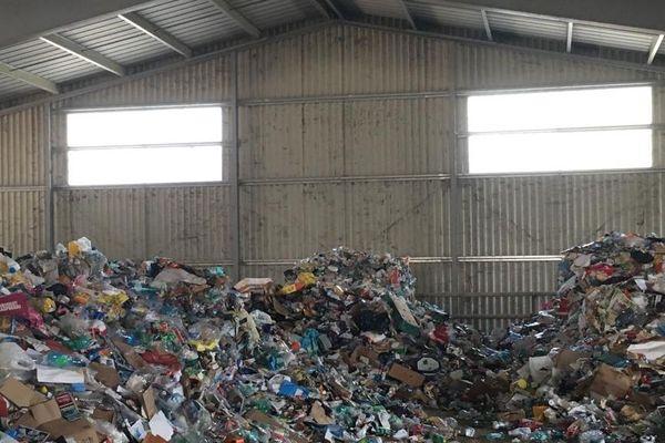 Lansargues - 16 camions benne vont déverser le contenu des poubelles jaunes dans cet hangar prêté gracieusement par un éleveur de chevaux à l'agglomération - 28 août 2019