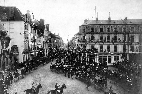 Fête de Réception du Tsar (Septembre 1901), Place de l'Hôtel de Ville de Compiègne, le Départ pour la Revue.