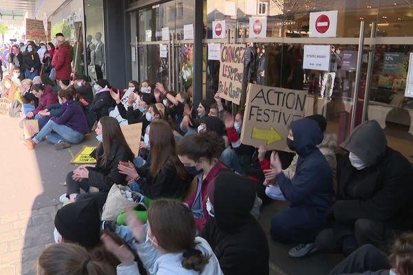 Plusieurs dizaines de manifestants ont bloqué ce samedi les entrées de ce grand magasin du centre-ville pour protester contre le projet de la place de la République.