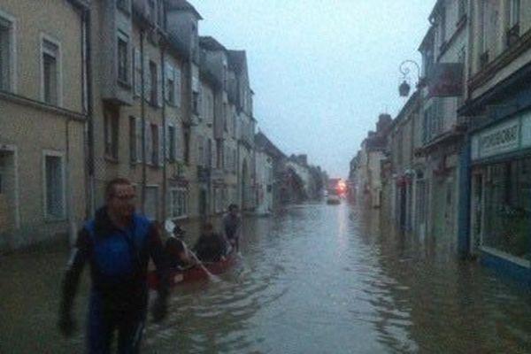 Dans les rues de Nemours, sous les  eaux du Loing.
