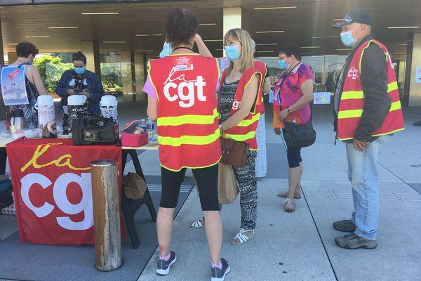 Coordination nationale des infirmières et représentants de la CGT mobilisés devant l'hôpital de Trévenans.