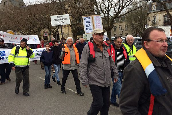 La manifestation organisée ce samedi à Cherbourg contre l'interdiction de la pêche au bar pour les amateurs rassemble près de 1500 personnes