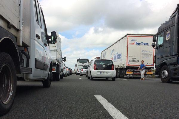 Les voitures immobilisées sur l'A10 après l'accident de ce matin.
