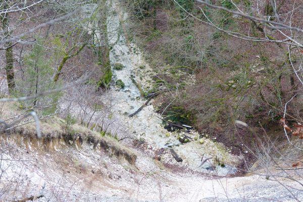 Orquevaux. Le Cul du Cerf. La source zoomée du sommet.