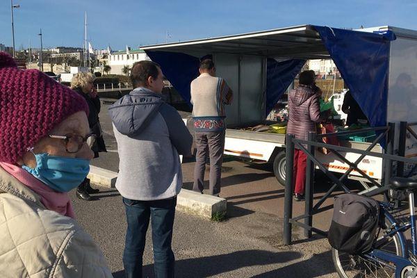 Affluence record pour la vente directe de poisson ce samedi 4 avril à Cherbourg