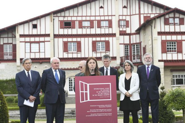 La lecture solennelle de la déclaration par une jeune femme basque à l'issue d'une journée historique, emprunte d'émotion.