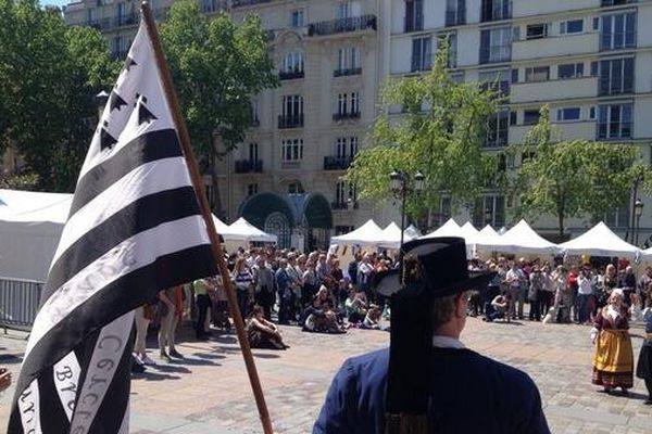 Le Gwenn ha Du flotte sur le parvis de la mairie du 15eme arrondissement