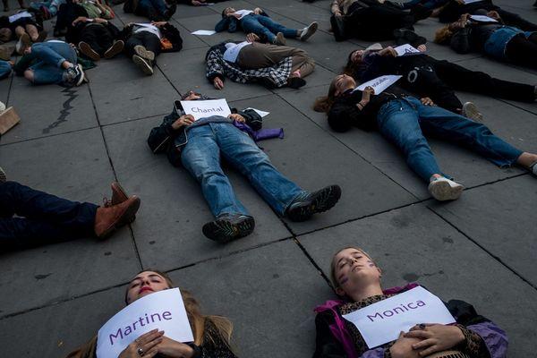 Paris, le 19 octobre 2019 : des femmes, allongées sur le sol, portent des pancartes avec inscrit le nom des femmes décédées depuis le début de l'année, tuées par leurs compagnons.