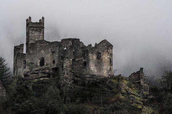 Construit au XII°siècle sur un bloc de roche, le château de Brisis surveillait le carrefour entre 2 grandes voies de communication, la Cézarenque et La Régordane.