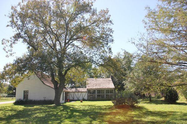 Fondée le 1er septembre 1844 par Henri Castro, consul général de la République du Texas en France, Castroville compte aujourd'hui environ 3.000 habitants.