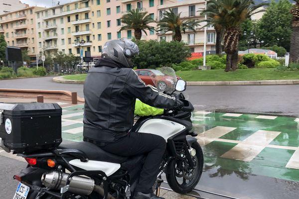 Un motard à la sortie du port de commerce de Bastia (Haute-Corse)