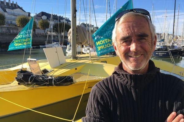 Loïck Peyron et son trimaran jaune amarré dans son port d'attache du Pouliguen