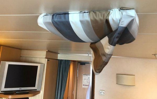 À l'intérieur de la pièce, c'est le système D : Yves se sert d'un morceau de tissu pour obstruer la sortie d'air de la climatisation, trop forte à son goût, pour éviter de tomber malade.