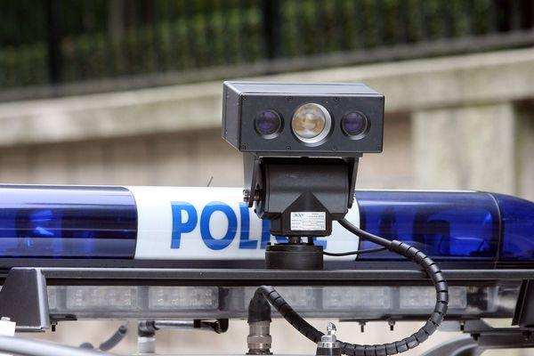 La voiture à Lecture Automatique de Plaques d'Immatriculation (LAPI) est composée d'un bloc caméra pilotable de l'intérieur du véhicule de police.