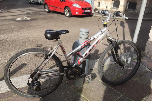 Un vélo accroché à Rouen grâce au dispositif Sharelock