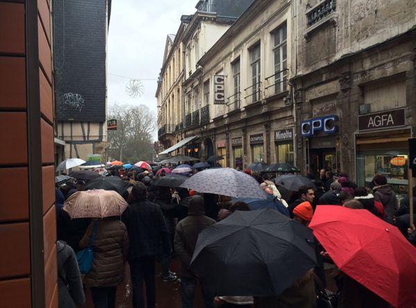 Il y a un bouchon pour arriver sur la place de l'hôtel de ville de Rouen