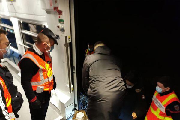 Les techniciens à bord, et le seul contrôleur du train, ont tout essayé. Un deuxième train a échoué à recharger celui-en-panne. Ils ont du se résoudre à transborder les 150 passagers dans la nuit noire, avec tout le lourd protocole de sécurité qui va avec.