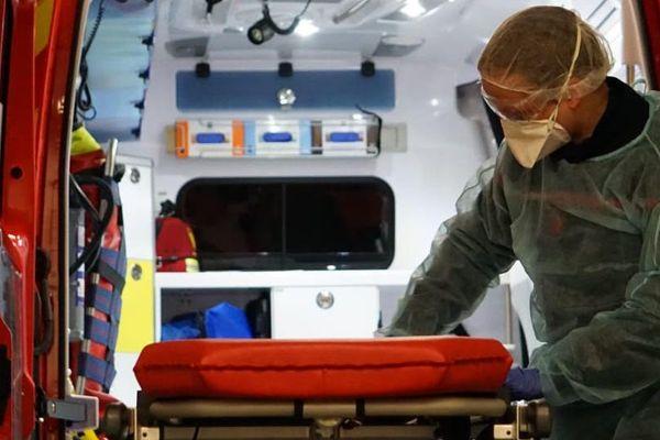 Après chaque cas suspect de COVID-19, les pompiers désinfectent entièrement leur véhicule d'intervention.
