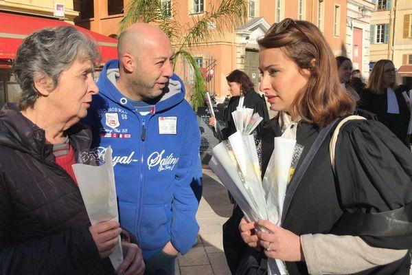Les avocats niçois offrent des roses aux passants ce vendredi 14 février.