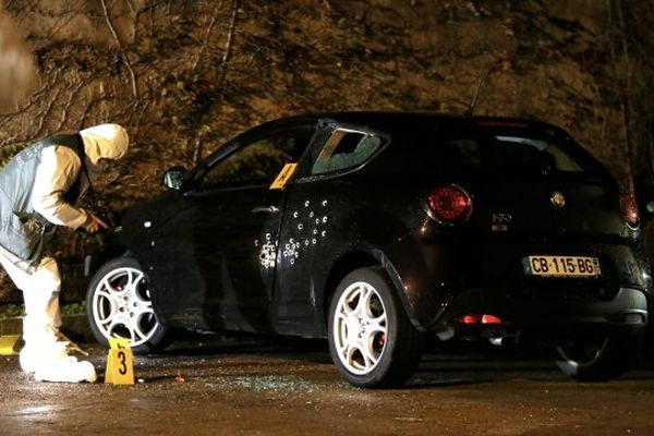ARCHIVES - Un enquêteur près de la voiture de Jérémy Mattioni, abattu le 7 décembre 2012 à Calvi.