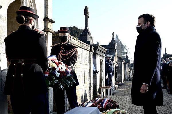 Emmanuel Macron s'est recueilli sur la tombe de François Mitterrand, pour le 25ème anniversaire de la mort de l'ancien président de la République.