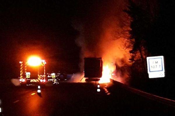 Vers 2 heures dans la nuit du mercredi au jeudi 25 mars, un camion a pris feu sur l'autoroute A89 au niveau de Thiers dans le Puy-de-Dôme. L'autoroute a été coupée.