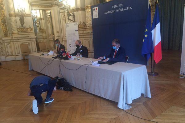 Le préfet du Rhône était entouré du directeur général de l'Agence Régionale de Santé et de l'inspecteur d'Académie du Rhône.