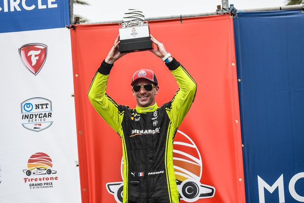 Simon Pagenaud sur la troisième place du podium du Grand Prix de St Petersburg (IndyCar) en Floride.