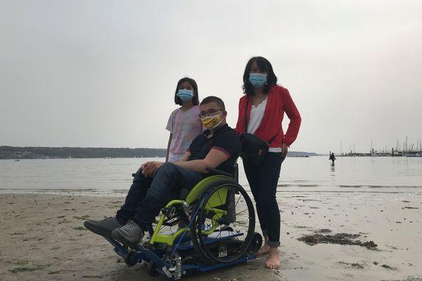 Grâce aux chenilles qui s'adaptent à son fauteuil, Enoal, 17 ans, peut enfin participer aux balades sur la plage.