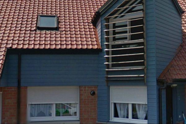 Un jeune père de famillle a été retrouvé gravement blessé à la tête au 1er étage de cette maison.