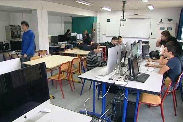 Le lycée est équipé de 450 ordinateurs.