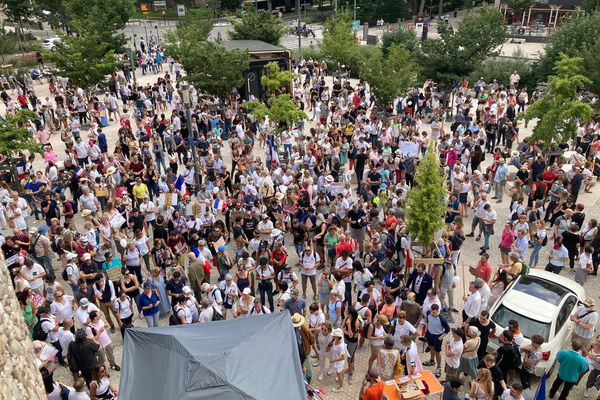 Ce samedi 24 juillet 2021, les manifestants se rassemblent devant les Halles Bocuse de Lyon, sur le parvis Renée Richard dans le 3e arrondissement pour dire non au Pass sanitaire.