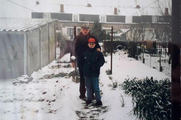 Avec son grand-père, Stanislas Bartoszek, en rentrant de l'école. 1995.