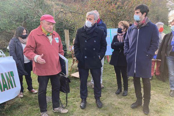 """Alexis Corbière et les candidats bretons de la France Insoumise sont venus rencontrer l'association """"Halte aux Marées Vertes"""""""