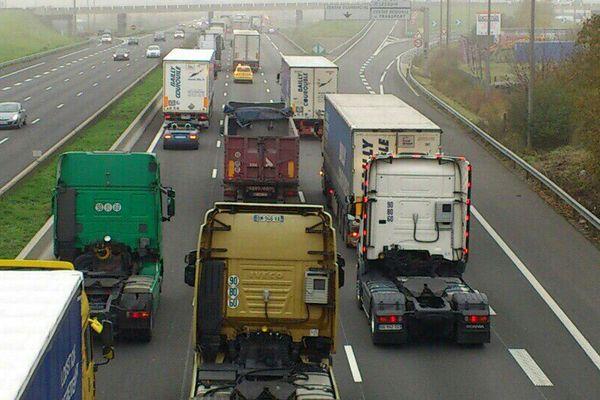 Manif  des transporteurs routiers contre l'écotaxe sur l'A1 ce vendredi.