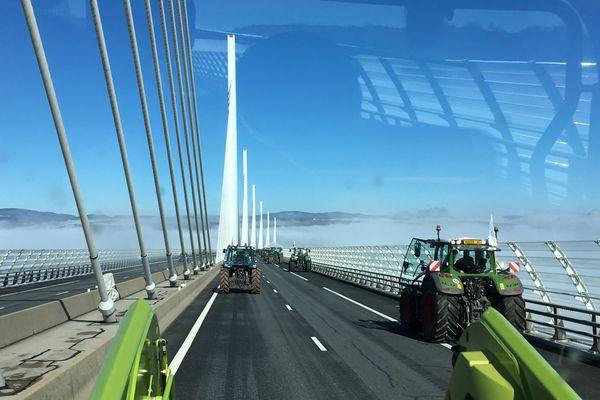 Traversée des agriculteurs aveyronnais en tracteur  sur le Viaduc de Millau dans le cadre de la nouvelle négociations pour la nouvelle PAC.
