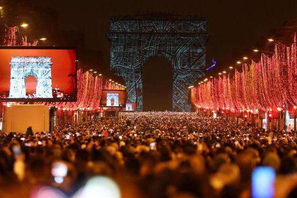 Plus de 250 000 personnes s'étaient réunies sur les Champs-Elysées pour fêter le passage en 2019, lors de la dernière nuit du réveillon.
