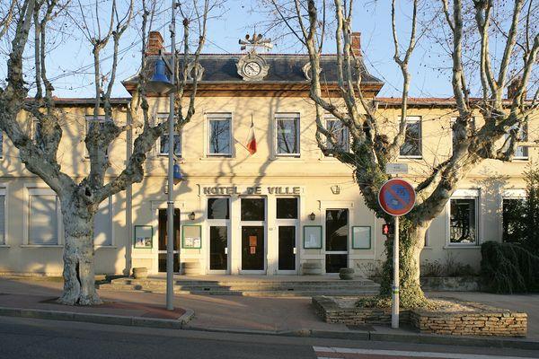 A la mairie de Chassieu, dans la Métropole de Lyon, le fauteuil de maire est vide depuis que le Conseil d'Etat a validé l'annulation des élections municipales de juin 2020. Un nouveau scrutin doit se tenir à l'automne 2021.