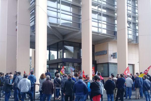 Jeudi 3 mai est une journée de grève nationale dans les Finances publiques. A Aurillac, des agents ont cessé le travail et manifesté leur opposition à la baisse des effectifs.