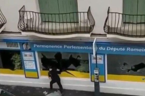 Le saccage de la permanence du député Romain Grau filmé par une caméra amateur.