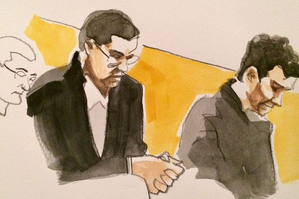 Les deux co-accusés, assis côte à côte dans le box des accusés, n'ont pas un regard l'un vers l'autre.
