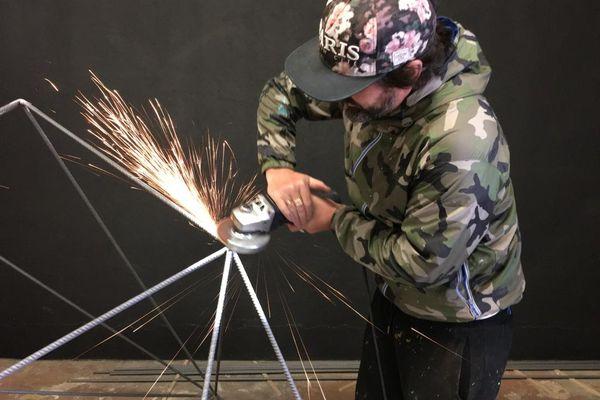 L'artiste plasticien Shério travaille le fer à béton en volume.