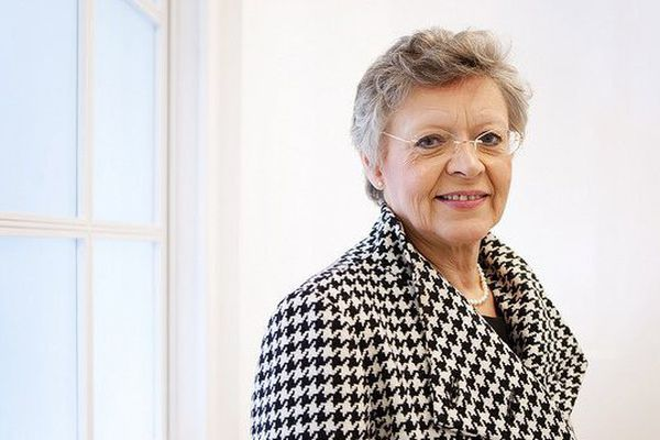 """""""Madame le professeur"""" Françoise Barré Sinoussi, co-découvreuse du virus du Sida en 1983, prix Nobel de médecine en 2008, prend sa retraite au moment où les crédits de recherche en France n'ont été autant médiocres, elle est inquiète pour l'avenir de ses jeunes confrères."""